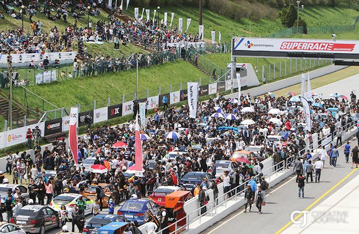 热情的赛车粉丝们挤满Grid Walk
