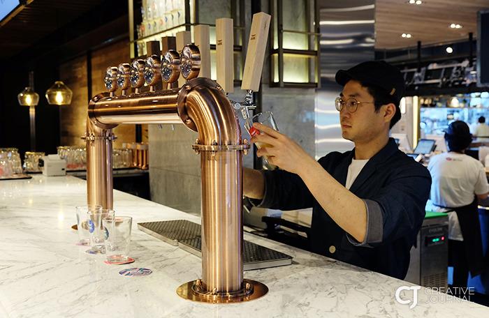 신선하고 시원한 수제 맥주 크래프트 비어에서 맥주를 컵에 따르는 모습